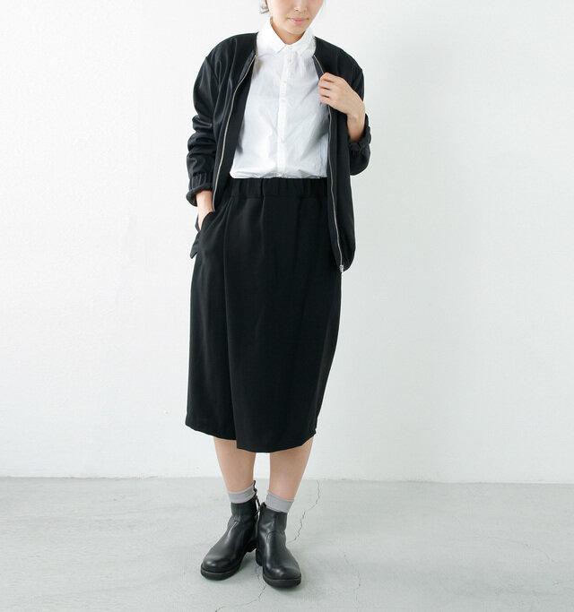color : white / size : 38  ブラック中心のコーディネートでも、白シャツを合わせることで抜け感が出て重たくなりませんね。