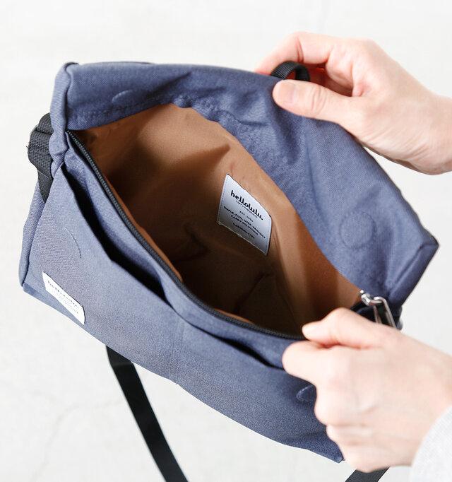 ジップの内側はポケットのないシンプルなデザイン。 それぞれの内生地と、ジップの引手のカラーリングが異なるところにも注目です。