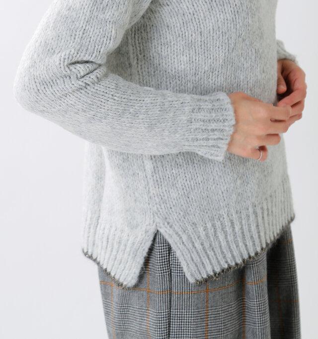 裾の両サイドにスリットをあしらい、ウエストや腰周りにゆとりをもたせたデザインです。