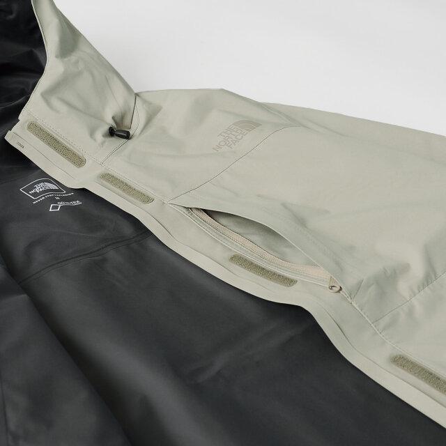 フロントはジップにベルクロ仕様のダブルフラップデザイン。左胸にもファスナーポケットが付いていて便利です。内側には全体に防水性を高めるシームシーリング加工を施しています。