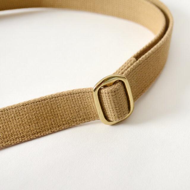 コットン100%のストラップは耐久性に優れており、背面に取り付けることで、たすき掛けしやすくなっています。