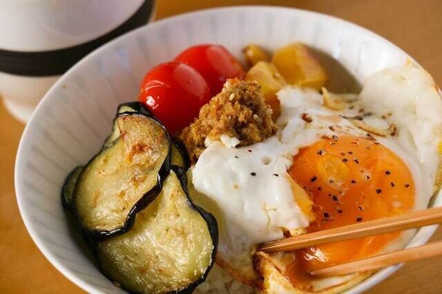 さらに目玉焼きやトマトやサラダなど乗せて卵と絡めてたべると「さばのカレー丼」の出来上がり。子供にも人気です。