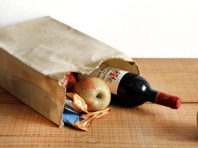 見た目もサイズも茶色の紙袋そっくり。大きいサイズはワインや果物やパンなど、形崩れなどが気になるモノの持ち運びにちょうど良いバッグです。