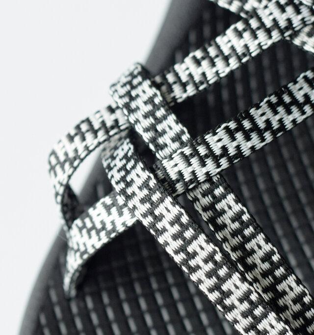 最大の特徴はなんといっても細身のダブルストラップ。籠の編み込みを彷彿とさせる斜子織(バスケットウィーブ)で、しっかりとしたサポート性と快適性を実現します。