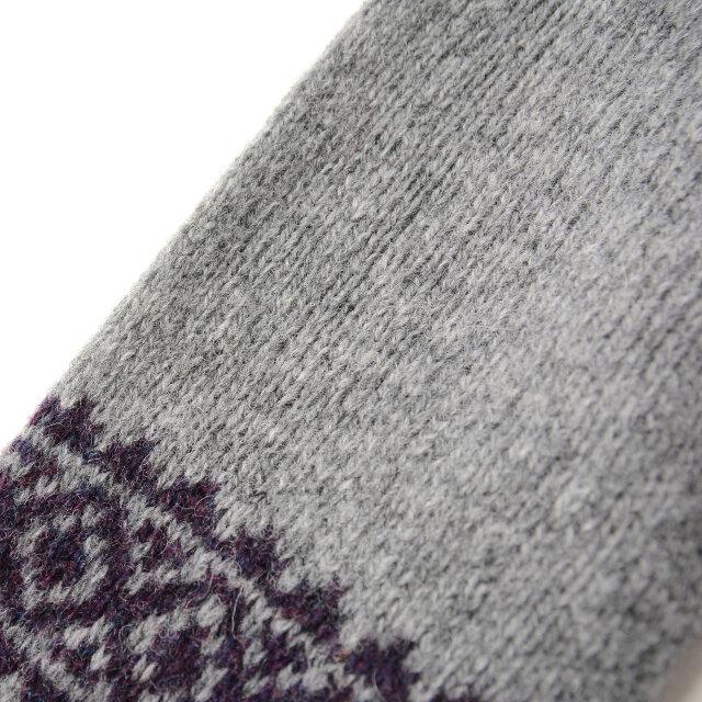 素材には上質なシェットランドウールを使用。伝統的な吊り編み機で織り上げられており、非常に温かく、柔らかい着心地が特徴です。ニット特有のチクチク感も少なく、優しいぬくもりに包まれます。