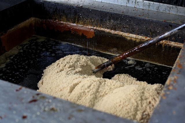 きび砂糖の主な原料は粗糖と黒糖で出来ていて、粗糖はサトウキビの絞り汁を下処理した後に、遠心分離機で分離させて残った結晶です。これは様々な砂糖の原料となるもので、精製する前の砂糖。 黒糖はサトウキビの絞り汁をそのまま煮詰め固めたもの。  どちらも沖縄県産のサトウキビを使っていて、粗糖は沖縄本島産、黒糖は離島各地のものにこだわっています。 サトウキビは本島と7つの離島で栽培されていて、「多良間島は濃厚」、「西表島はあっさり」など、島それぞれ味わいや色やかたちに個性があります。  黒糖本舗垣乃花の社長 垣花兼一さんによると「自然のものを使うと、自然と優しい味わいになるので、なるべく、余計なものは加えないようにしています。それが一番美味しいですから」とのこと。  沖縄の島の人にとってサトウキビは、おやつにも、お客さんのお茶請けにも出されるくらい、親しみのあるものです。  昔からなくてはならない甘味料であるサトウキビを使ったきび砂糖のおすすめの食べ方は、コーヒーなどに入れること。そうすると、やわらかな甘みを感じられるのだそう。  えぐみがなく、上品なまろやかさが際立っているので「インスタントコーヒーもブルーマウンテン」というキャッチフレーズがつけられています。
