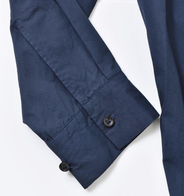 袖口にはボタンが2つ付いているので、お好みで調節できます。