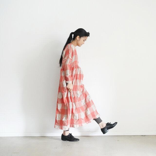 透け感あるスカートや、ボトムスに重ねても履きやすいシルエットです。