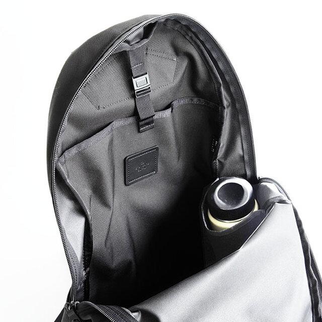 中の背面には、ラップトップPCや書類などを分けて入れられる仕切りポケット付き。 口元は、バックルでとめられる仕様です。通常ラインには無い機能として、折りたたみ傘やペッドボトル・水筒などが入れられるポケットが付いているのが特徴です。