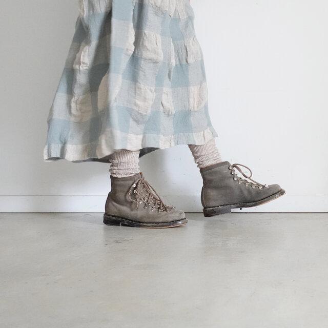 程よくクシュクシュっとなる長さのソックスは、ブーツや革靴、スニーカーなど靴を選ばずシーズン通して履いていただけます。足元コーデのアクセントになるような3色をご用意しました。