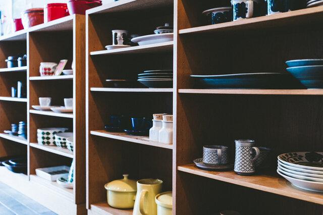 北欧のヴィンテージ食器や、アパレル、作家ものの食器などパン以外にも充実している店内。
