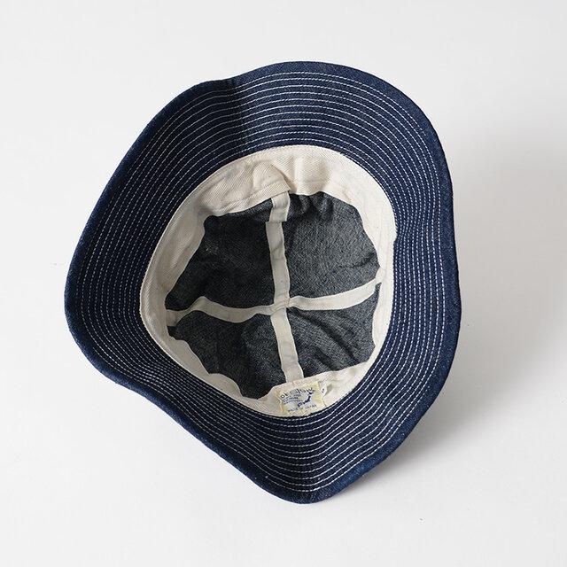 内側にはヘリンボーン織りの吸水性に優れたコットンテープを採用。 汚れを防ぐとともにフィット感を高めてくれます。