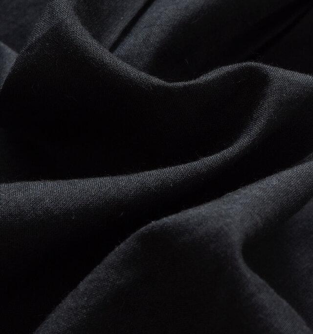 フロントはさらりと優しい肌触りのコットン生地を使用。洗いざらしのような馴染みの良い生地感です。