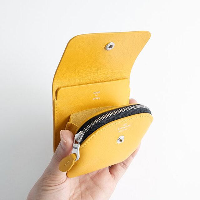 コインケースの後ろには、カード入れとその後ろにはお札を二つ折りで収納できるスペースが。口元は、お札が取り出しやすいように上部だけ縫い込まない仕様にしています。
