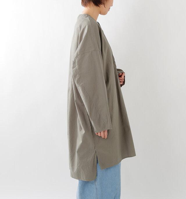 大きく肩の落ちたデザインが、コーディネートに抜け感を与えてくれます。 裾にはサイドにスリットが入っています。後ろ丈の方がやや長いデザインで気になる腰まわりをすっぽりと隠します。
