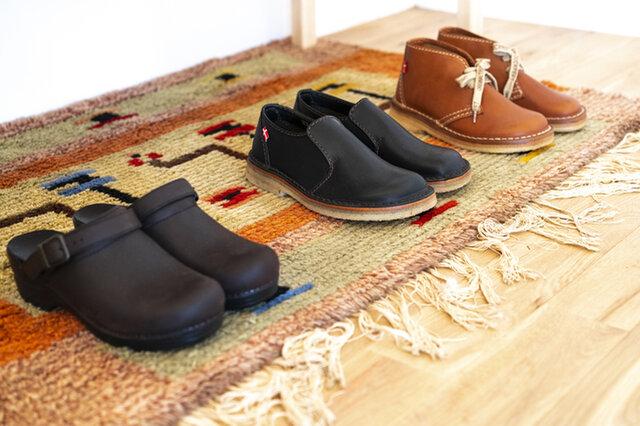 Artekのベンチ下に靴をしまっておいても◎ ラグを敷いて少しくつろげるスペースにもなりますね。