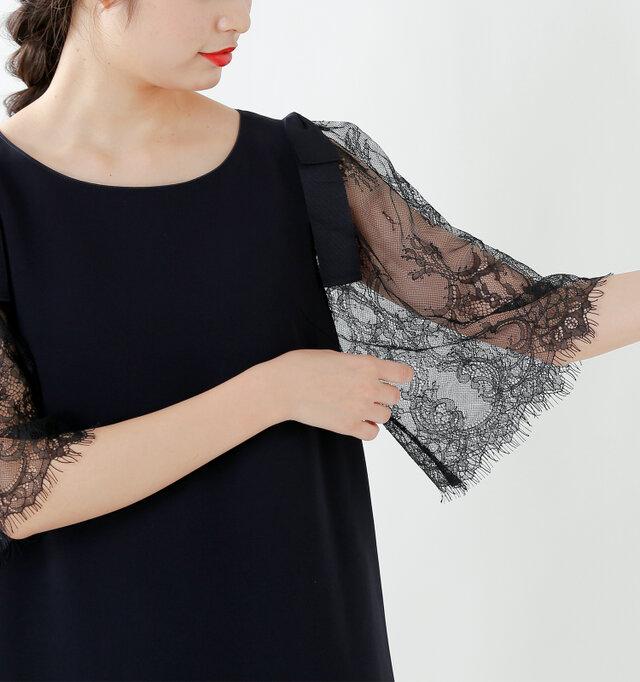 肩のグログランリボンがポイント。存在感がありながらも、甘さを控えた大人っぽくフェミニンな雰囲気をプラスしてくれます。スリーブのラッセルレースも華やかで、透け感が繊細で魅力的です。お袖はボリューミーな広がりで、腕を細く見せてくれます。