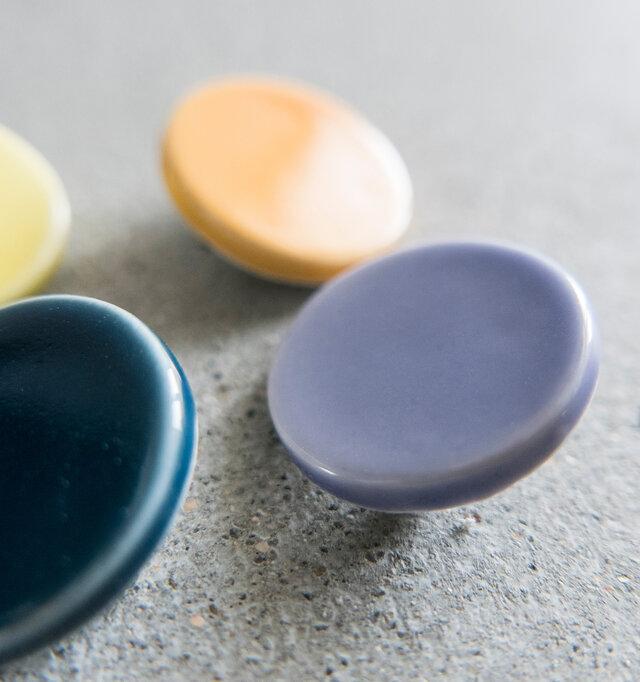 熊本産の「天草陶石」を使用しています。 余分なものを添加せずにやや青みがかった、天然の白色が表現できる素材がこれなのです。