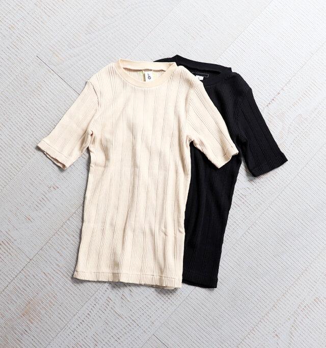 シンプルなデザインのクルーネック。伸縮性のある生地感のためコンパクトなフィット感です。 カラーは、エクリュ、ブラックの2種類をご用意しました。