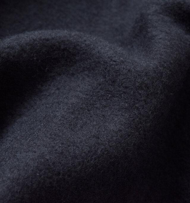 内側は裏起毛で暖かく、素肌で纏いたくなるような滑らかな肌触りで、保温性も抜群です。