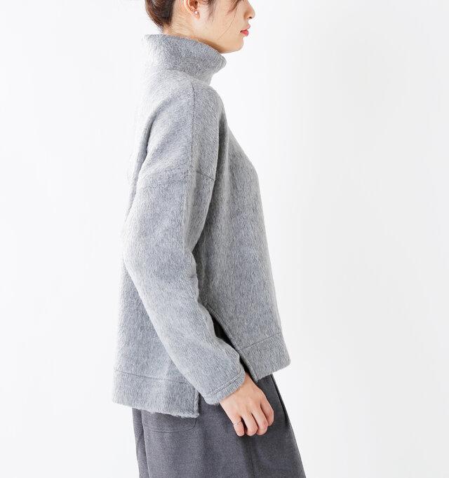 肩の落ちたドロップショルダーで、手首に向かってやや細くなったスリーブ。アウターも羽織りやすいデザインです。