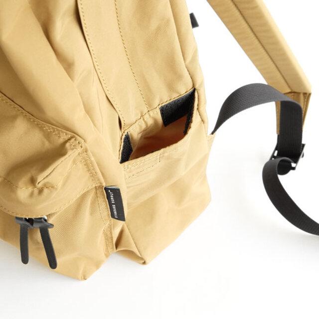 サイドポケットにはすぐに物を取り出せるスリットポケットと、定期・ICカードなど大事な物を入れる、ベルクロ付きのポケットとをつけています。ベルクロは開けやすいように、指1本が入る分の隙間を開けています。