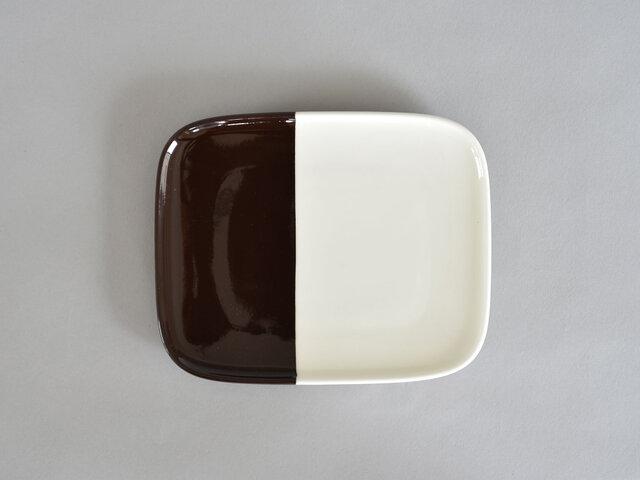 こちらのプレートにはコックリとした深いブラウンが色付けされています。まるでチョコレートのような深い色味で、秋冬の食卓を落ち着いた雰囲気に引き締めてくれそう。