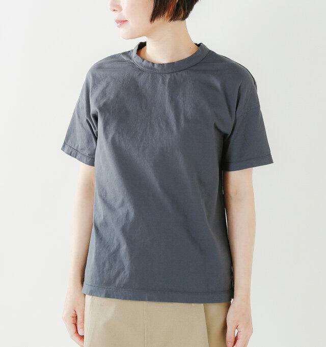 程良くワイドシルエットでトレンドを押さえたプレーンなデザインのTシャツです。身幅はややワイドに作ってあり、今風の着こなしが可能に。