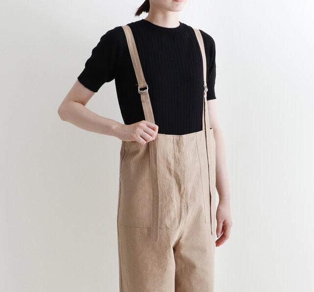 リネン71%シルク29%の糸で編み上げたホールガーメント(無縫製)のリブニット。 シルクが入ることにより、滑らかでさらりとした着心地の1着です。