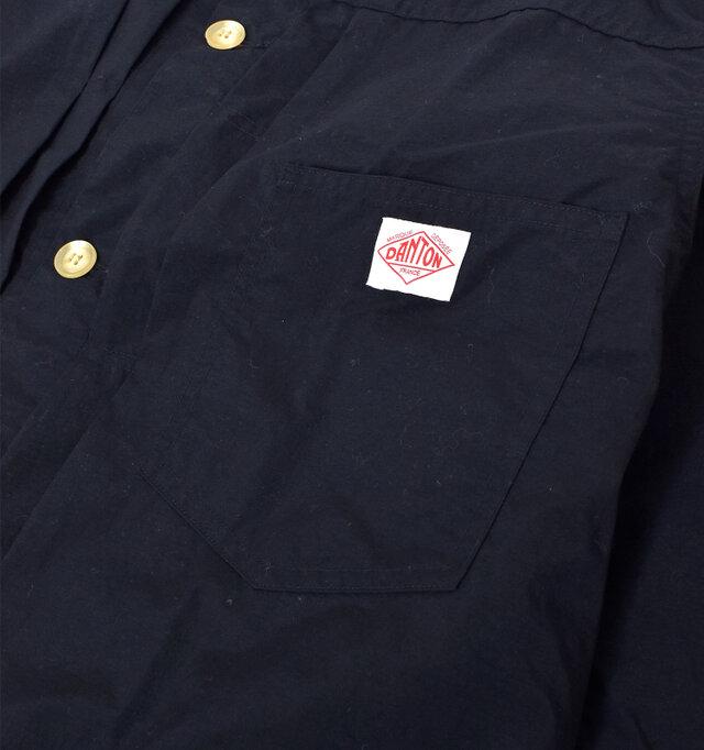胸下には大きめのポケットが◎。「DANTON」のロゴがワンポイントになっています。