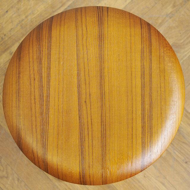 座面はナチュラルで明るいチーク材を使用しています。