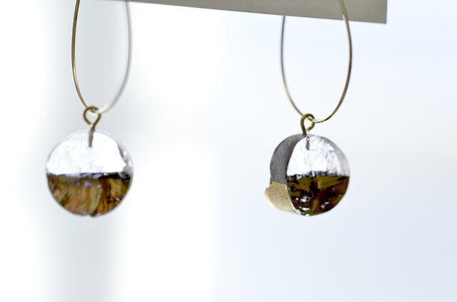棒状のガラスを金太郎飴のようにカット。断面はあえてラフな形をそのままに残した、ひとつひとつが微妙に形の違うデザインが魅力。