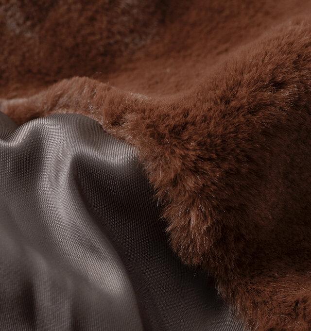 カーキのコートにはブラウンのファーで深みのあるアースカラー同士で仕上げています。