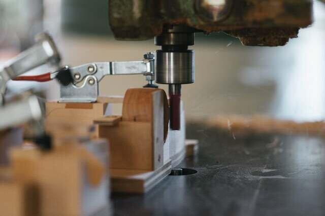 5.ルーターマシンやトリマー、様々な形状の刃物、治具を使用して、穴の縁や外側、持ち手の部分などを加工する。