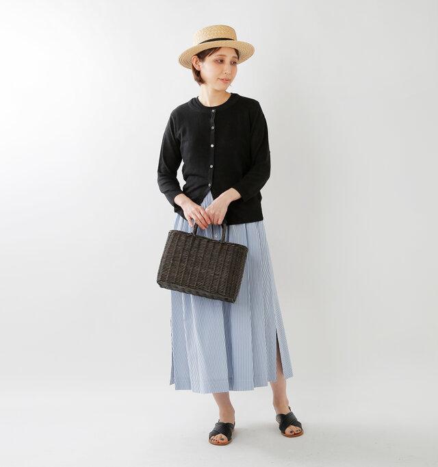 model yama:167cm / 49kg color : black / size : F  ボタンを全て閉じて1枚のニットのように。女性らしく、上品な着こなしです。