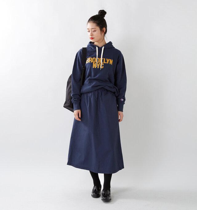 model kanae:167cm / 48kg color : cosmic blue / size : womansM  Aラインのシルエットがかわいい、薄くて軽いナイロン素材を使用したロングスカート。 シンプルなデザインなので、様々なトップスと合わせやすく、コンパクトに畳んで持ち運ぶこともできるので、旅先やキャンプなどでも活躍してくれます。
