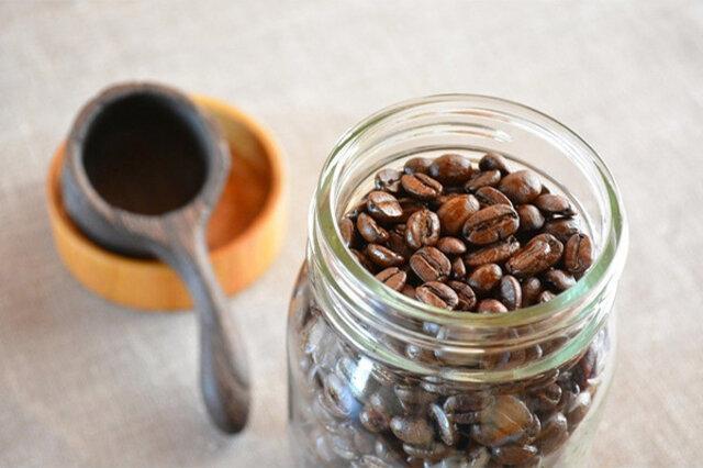 コーヒー豆は鮮度が命。豆の使用頻度が少ない場合は瓶一杯まで詰めずに残りは冷凍保存し、こまめに瓶へ補充する事をおすすめします。