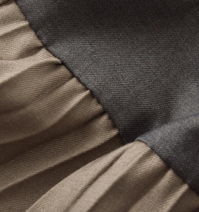 程よい厚みのポリエステル・レーヨン素材。くったりとした柔らかさの中にほんのりと光沢感があり、きれいなとろみを生み出します。なめらかで優しい肌触りで、ストレッチも効いているため、ストレスもありません。
