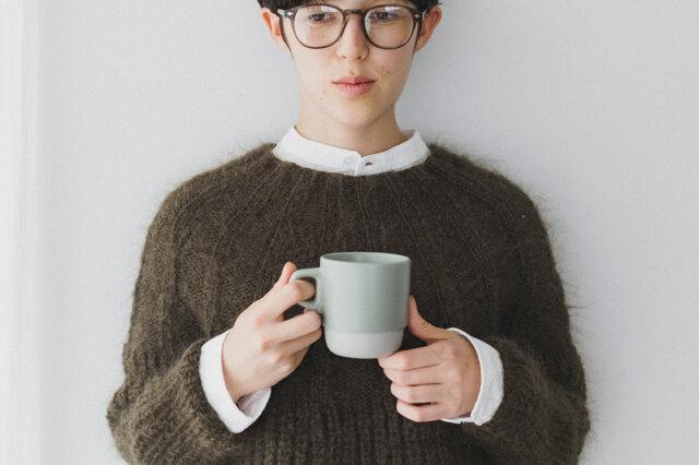 コーヒーを飲みながら、ふんわりやわらかな自分でいたい。 モヘヤのニットを着ると、何だか心が優しくなる。 甘すぎない大人のモヘヤ使いで、私だけのセーターを編んでみませんか?