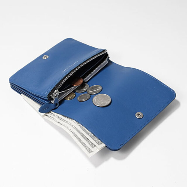 ファスナーを開けた中の革みつけは上品な見た目だけではなく、口元に張りを持たせファスナーの開閉をしやすくするための仕様です。