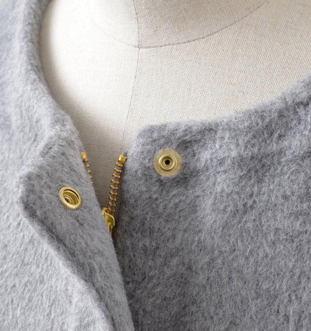 フロントは、ジップとネックライン・裾にスナップボタンが2ケ所あしらわれています。