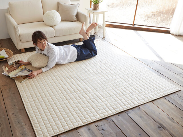 自然素材である綿100%なので、優れた吸湿性・吸汗性を持っており、夏場のジメジメ感から解放してくれます。また、思わず寝転がってくつろぎたくなる優しい手触り感にうっとり!