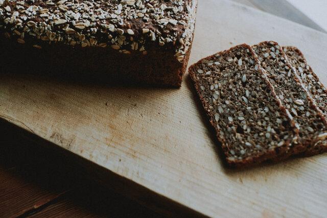 パンと日々向き合い続けている木村シェフが、デンマークで出会い、衝撃を受けた黒パン。 パンが好きな人ほど、きっと好きになるはず!ぜひ一度お試しください。