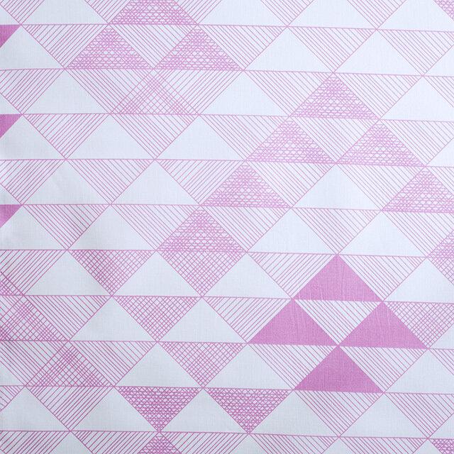 シンプルな線で描かれた三角形が並ぶ幾何学的な模様と、白いベースにライトピンクのカラーがキュート。
