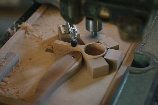 4.ルーターマシンと治具、特注の専用刃物を使用して、すくう部分の穴を加工する。