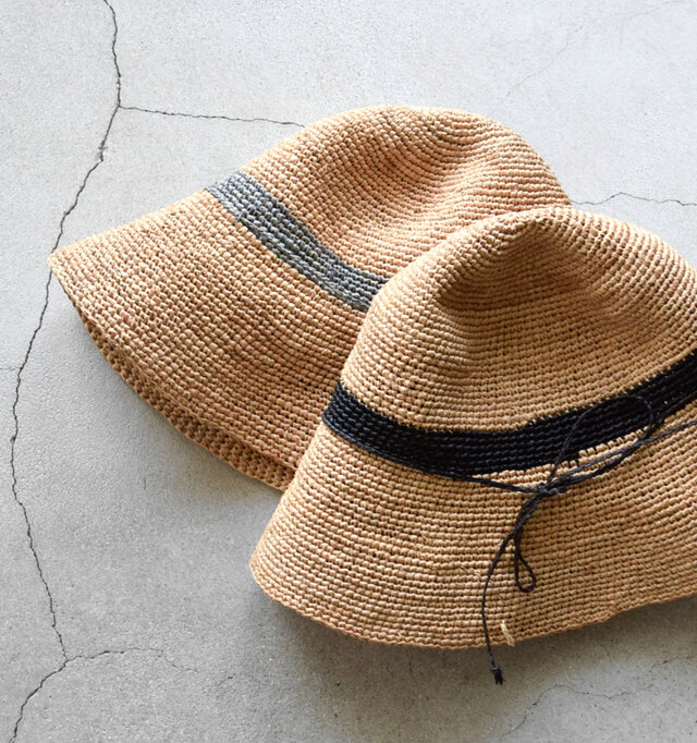 ラフィアとは、ラフィア椰子の葉を加工した天然素材のこと。樹脂を含んでいるため天然の防水性があり、使用するほどにツヤが出て風合いが増していきます。日本での人気も高く、高級素材として帽子やバッグに使われています。
