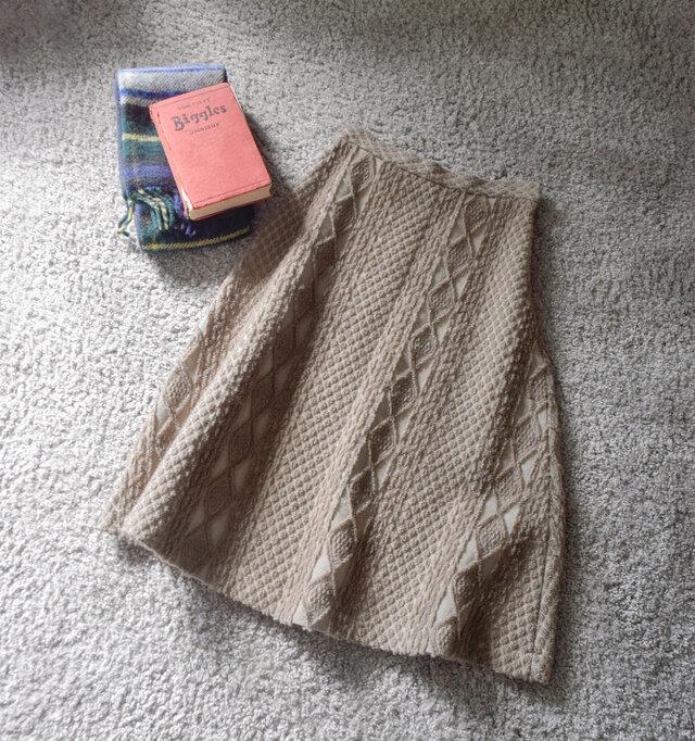 ケーブルニットの編み目のようなジャガード生地を使用したフレアスカート。 カジュアルやナチュラルスタイルから、きれいめスタイルまで、女性らしい着こなしを楽しめます。