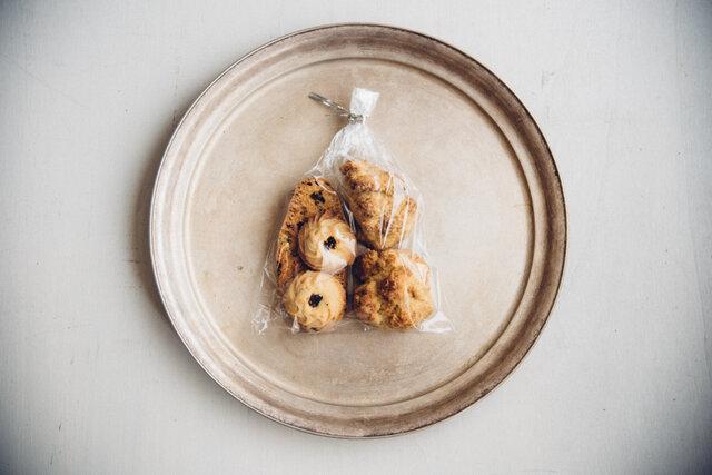 スコーン2個、ビスコッティ1枚、ふつうのクッキー2枚が入っています。