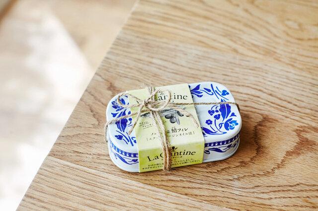 北欧を思わせる青と白のパッケージ。可愛らしい缶詰はプチギフトなどのプレゼントにも喜ばれそうですね。ご自宅でラッピングする際はさりげなく、麻紐が◎ ギフトラッピングは、透明フィルムに入れて赤いリボンでお結びします。