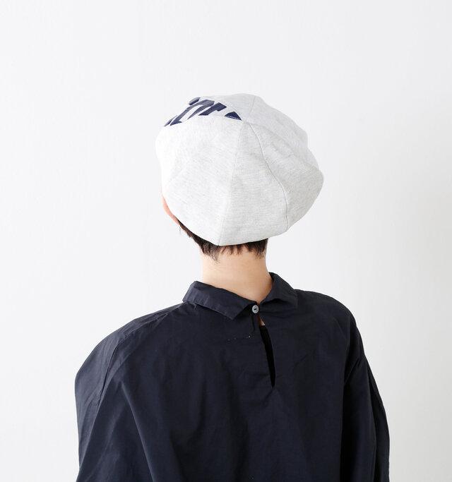 頭頂部は生地を縫い合わせてパッチワークの様なデザインになっています。